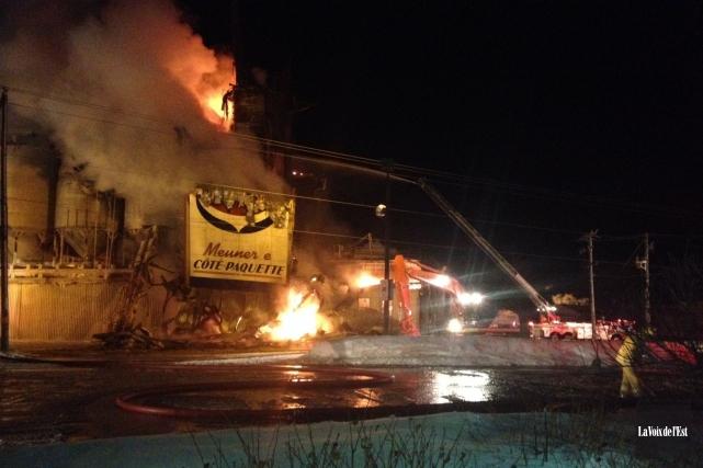 Une meunerie bien connue de la Montérégie est ravagée par un grave incendie... (PHOTO KARINE BLANCHARD, LA VOIX DE L'EST)