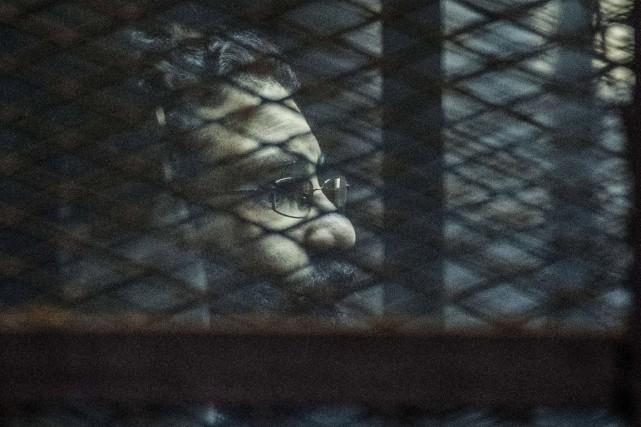 Alaa Abdel Fattah était notamment accusé d'avoir volé... (PHOTO KHALED DESOUKI, AFP)