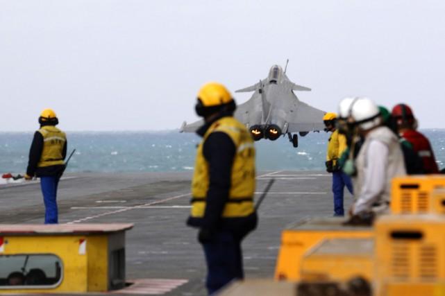 Une première vague de chasseurs - quatre Rafale... (PHOTO PATRICK BAZ, AFP)