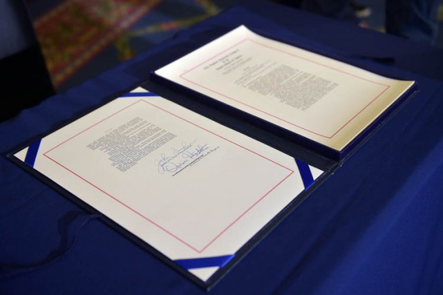 Le document du projet de loi est exposé... (Photo: AFP)