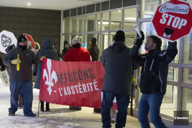 Une poignée d'enseignants et de membres du personnel... (Photo: Stéphane Lessard, Le Nouvelliste)