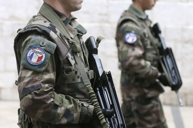 Des soldats français patrouillent dans les rues de... (PHOTO LIONEL CIRONNEAU, ARCHIVES AP)