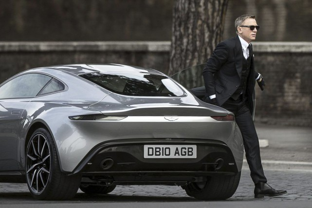 Daniel Craig sort d'une Aston Martin pendant le... (Photo: archives AP)