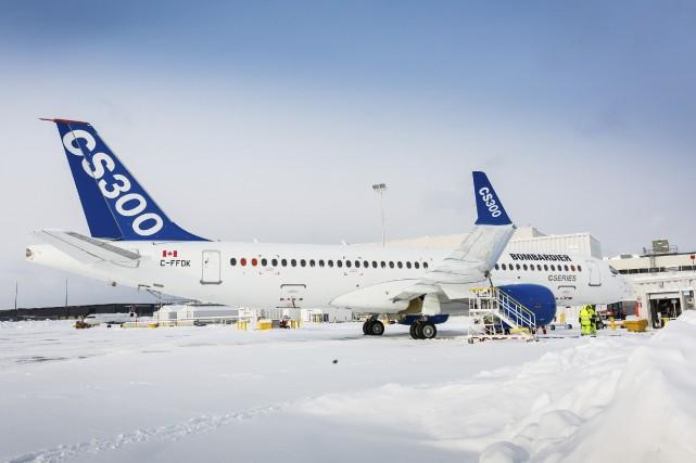 Des employés de Bombardier s'affairent aux derniers préparatifs... (PHOTO FOURNIE PAR BOMBARDIER)
