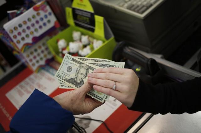Les consommateurs américains se sentaient un peu moins confiants en février,... (PHOTO ARCHIVES BLOOMBERG)