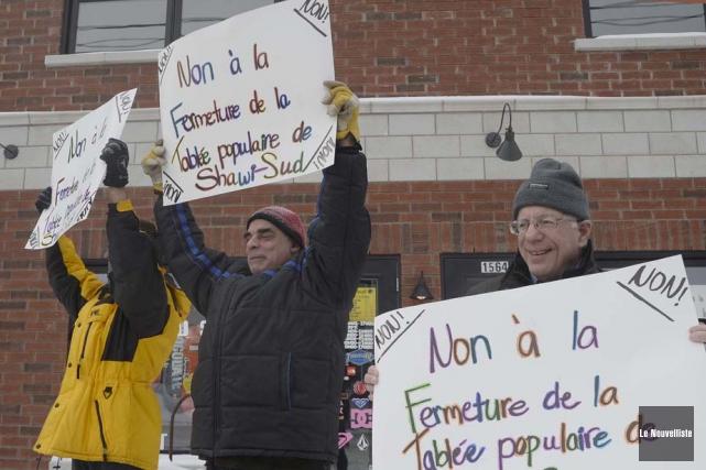 Une douzaine de manifestants se sont relayés en... (Photo: Sylvain Mayer, Le Nouvelliste)