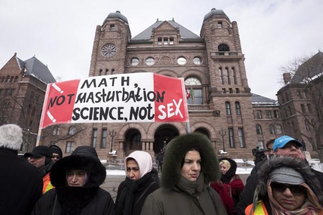 Quelque200 manifestants se sont présentés devant Queen's Park,... (Photo Darren Calabrese, La Presse Canadienne)