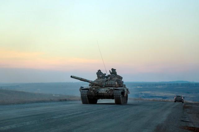 Des rebelles prorusses à bord d'un char d'assaut... (PHOTO ANDREY BORODULIN, AFP)