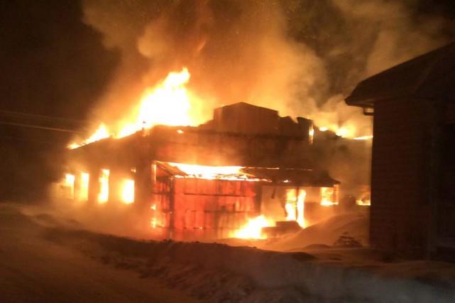 Un garage appartenant à une compagnie de transport de bois a été rasé par un... (Photo: Courtoisie)
