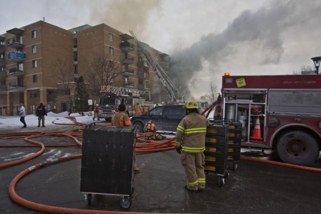 Un homme a dû se jeter du deuxième étage de son appartement en feu pour éviter... (Photo: Félix O. J. Fournier, Collaboration spéciale)