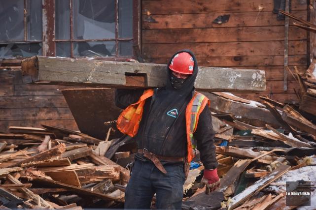 Les travailleurs du chantier de démolition de l'église... (Photo: François Gervais Le Nouvelliste)