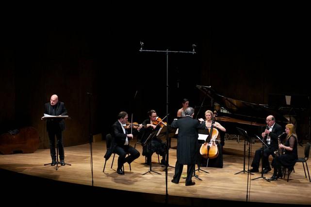 Boris Brott et l'Orchestre de chambre McGill. À... (PHOTO ANNETTE B. WOLOSHEN, ORCHESTRE DE CHAMBRE McGILL)