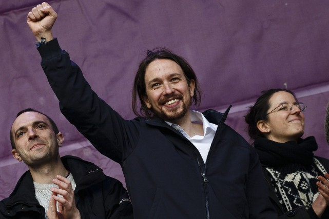 Pablo Iglesias, chef de Podemos (au centre).... (PHOTO DANIEL OCHOA DE OLZA, ARCHIVES ASSOCIATED PRESS)
