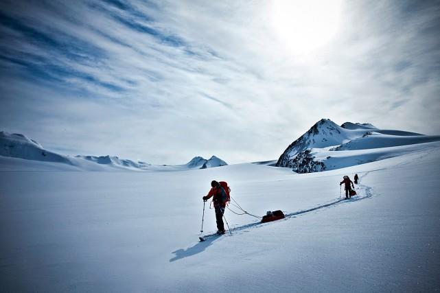 Des aventuriers en route vers le mont Marcus... (PHOTO NICOLAS CHIBAC, PHOTOPRESS FOR MAMMUT VIA ASSOCIATED PRESS)