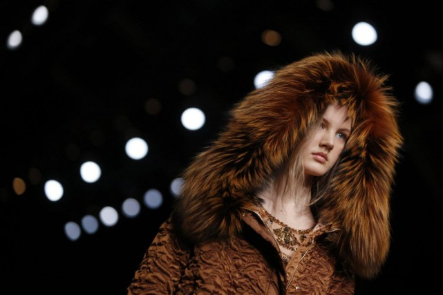 Chez Alberta Ferretti, la collection est davantage tournée... (Photo Luca Bruno, AP)