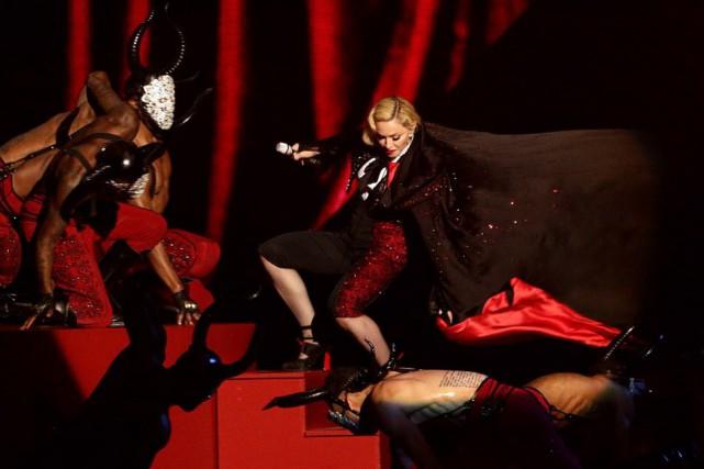 Madonna est monté sur scène enveloppée dans une... (Photo Yui Mok, AP)