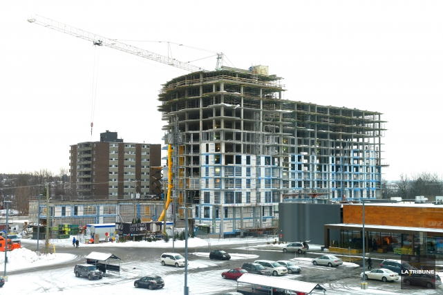 L'immense chantier du complexe Le VÜ de la rue Bellevue à Sherbrooke a été le... (Archives La Tribune, Maxime Picard)