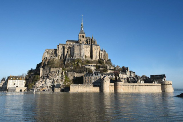 Le Mont-Saint-Michel entouré d'eau, pendant la marée haute.... (PHOTO DAMIEN MEYER, ARCHIVES AFP)