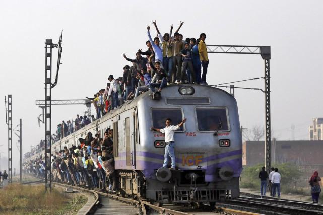 Le réseau ferroviaire indien, l'un des plus vastes... (PHOTO AHMAD MASOOD, REUTERS)