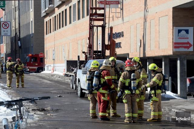 Pompiers et policiers ont ordonné l'évacuation de 79... (Le Soleil, Erick Labbé)