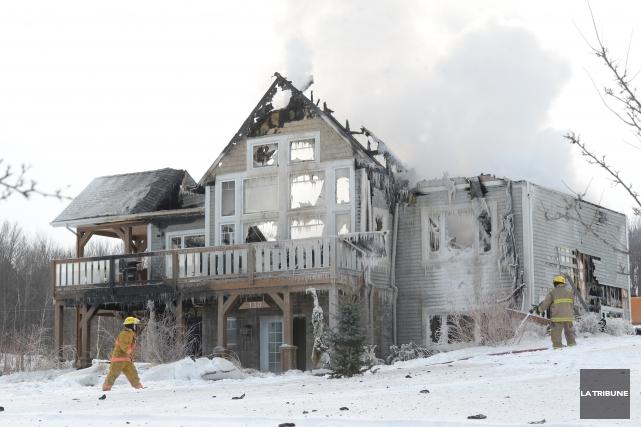 Un incendie a détruit une luxueuse résidence à Ayer's Cliff, jeudi matin.... (Imacom, Maxime Picard)