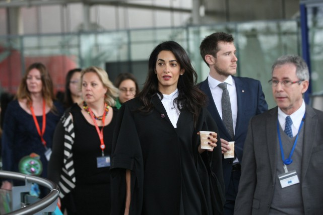 L'avocation de Mohamed Fahmy, Amal Clooney... (PHOTO ARCHIVES AP)