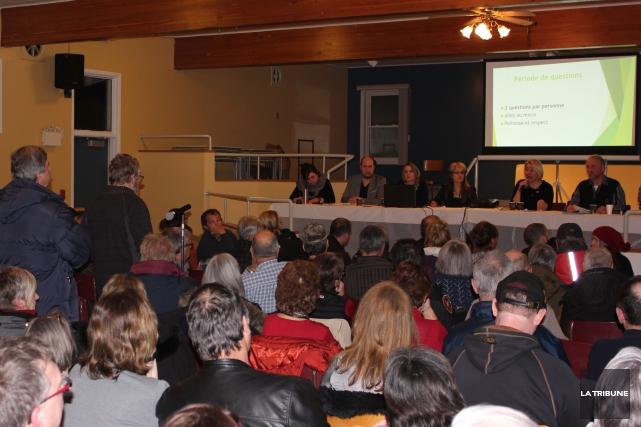 Sans grande surprise, une salle bondée d'environ 200 personnes attendait les... (La Tribune, Yvan Provencher)