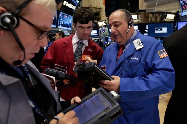 Wall Street a achevé vendredi la semaine et le mois sur un repli, après... (PHOTO RICHARD DREW, ARCHIVES AP)
