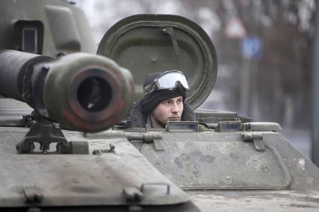 Un combattant prorusse à bord d'un char d'assaut... (PHOTO BAZ RATNER, REUTERS)