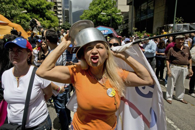 Un groupe de manifestants contestait l'attention sur la... (Photo Fernando Llano, AP)