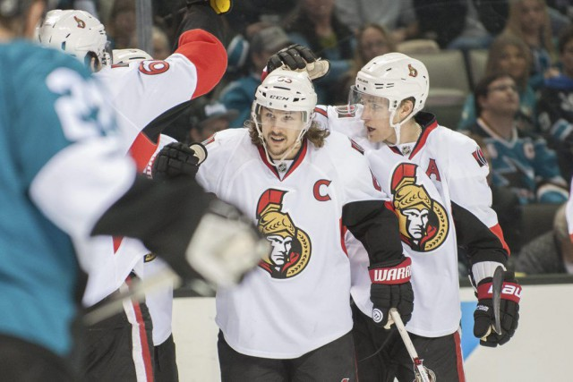 Erik Karlsson (65) célèbre son but avec ses... (PHOTO ED SZCZEPANSKI, USA TODAY)
