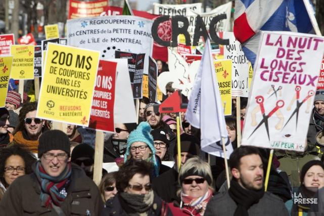 Des Montréalais ont marchépour dénoncer les compressions budgétaires... (PHOTO ROBERT SKINNER, LA PRESSE)