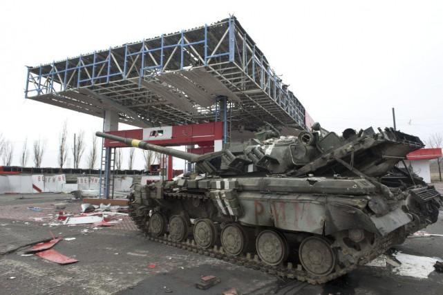 Un véhicule militaire abandonné àDebaltseve, le 28 février.... (PHOTO JOHN MACDOUGALL, AFP)