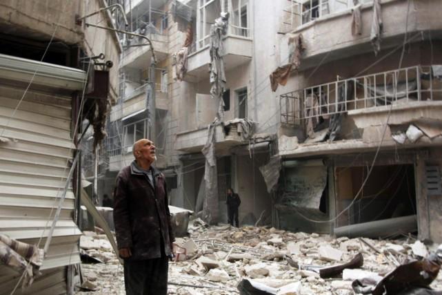 Un homme constate les dégâts causés par des... (PHOTO RAMI ZAYAT, REUTERS)