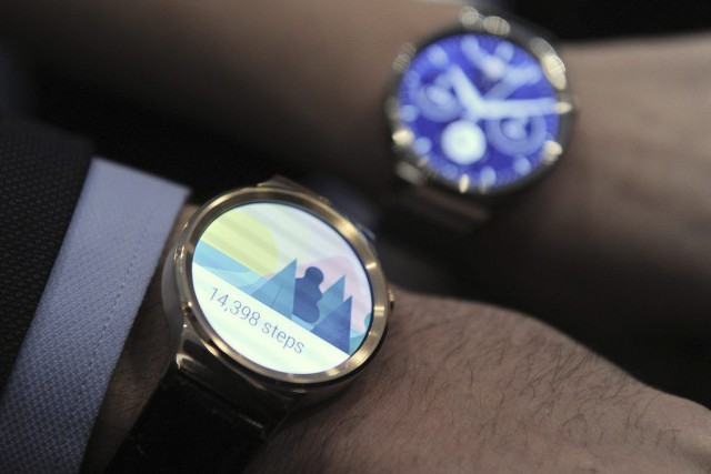 Deux modèles de la montre intelligente d'Huawei.... (PHOTO JOSEP LAGO, AFP)