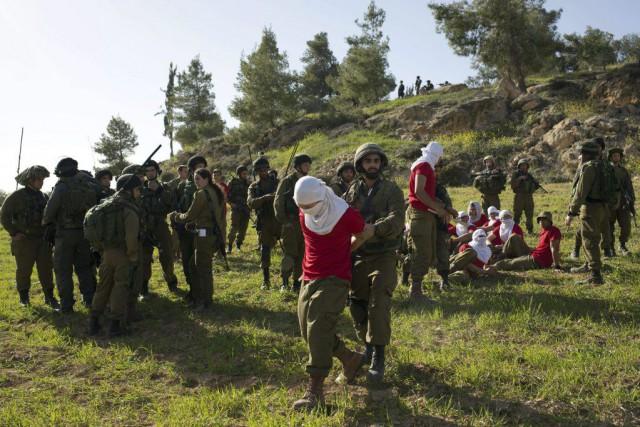 Des soldats portant un chandail rouge jouent le... (PHOTO MENAHEM KAHANA, AFP)