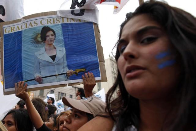 Des partisans deCristinaKirchner se sont rassemblés devant le... (Photo: Reuters)