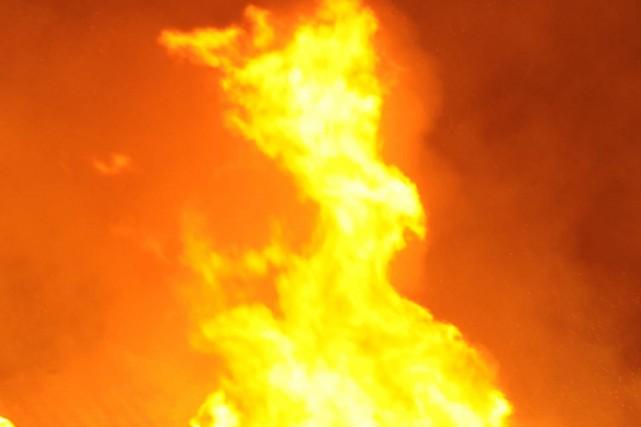 Un incendie a détruit un immeuble abritant une pizzeria dans la nuit de lundi à... (PHOTO D'ARCHIVES)