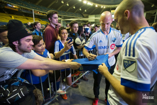 Laurent Ciman signait des autographes, samedi au Stade... (PHOTO ROBERT SKINNER, LA PRESSE)