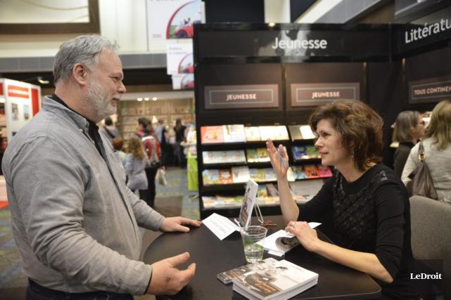 L'animarice et auteure Catherine Perrin discute avec un... (Martin Roy, LeDroit)