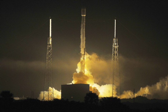 La fusée Falcon 9 à deux étages s'est... (PHOTO CRAIG RUBADOUX, ASSOCIATED PRESS)