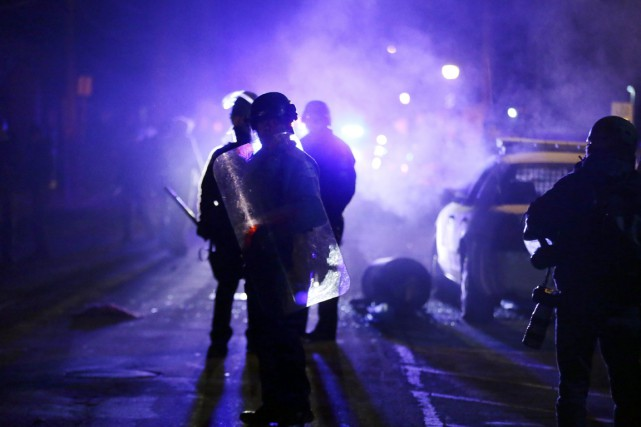 La violence a éclaté à Ferguson en novembre... (PHOTO CHARLIE RIEDEL, ARCHIVES AP)