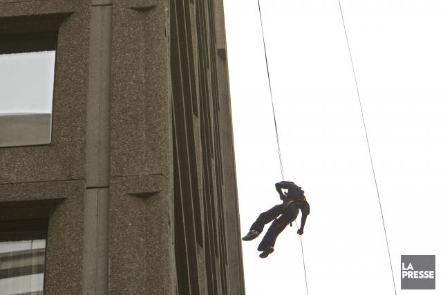Une retraitée russe a coupé la corde d'un homme descendu en rappel du toit de... (PHOTO ARCHIVES LA PRESSE)
