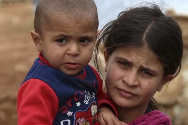 Une jeune Syrienne et un bébé dans un... (AFP, STR)