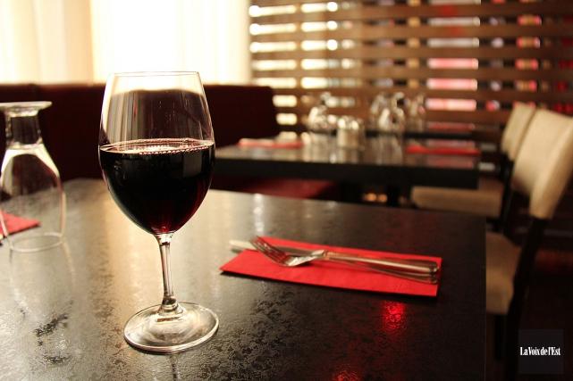 Bien que la majorité des femmes boivent peu,... (PHOTO JANICK MAROIS, ARCHIVES LA VOIX DE L'EST)