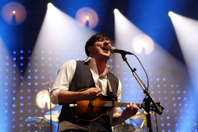 Marcus Mumford, le chanteur du groupe Mumford &... (Photo Jason DeCrow, Archives AP)