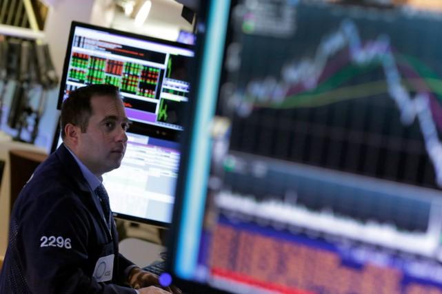 Wall Street a conclu hier la semaine par une baisse, négligeant de bons... (PHOTO RICHARD DREW, ARCHIVES AP)