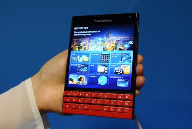 Le Blackberry Passport a été présenté mardi à... (AP, Manu Fernandez)