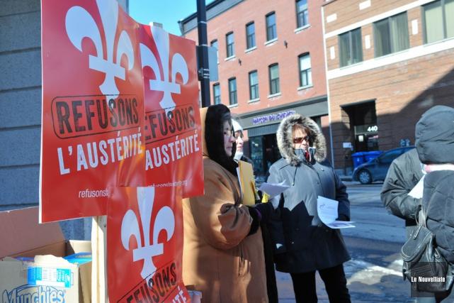 Une dizaine de militants syndicaux ont distribué, mardi... (Photo: Émilie O'Connor, Le Nouvelliste)
