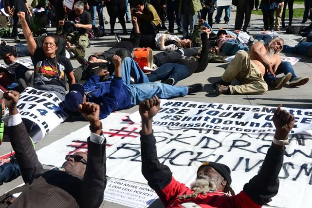 Mardi, des dizaines de personnes ont manifesté devant... (Photo: AFP)